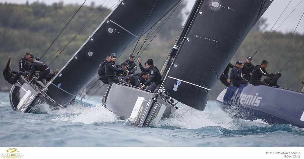 Team CEEREF lead the fleet upwind. Photo Martinezstudio.es.