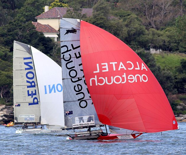 Race winner Alcatel One Touch and Peroni on the run to the wing mark off Shark Island. Photo 18 Footers League.