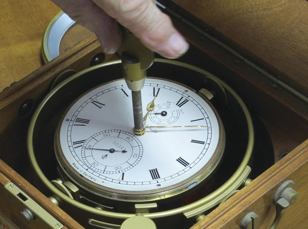 Setting the time using the special ratchet key