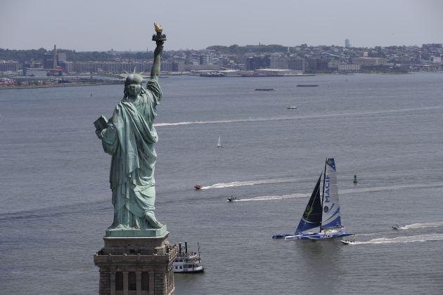 Macif arrives in New York. Photo Credit : Thierry Martinez / The Bridge.