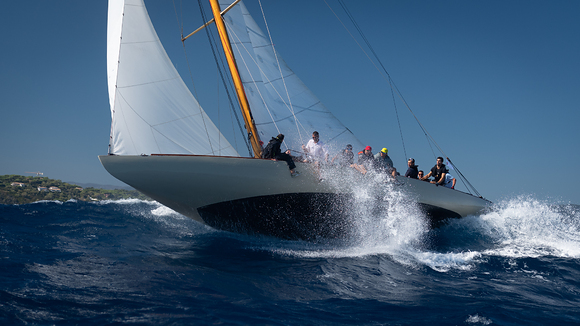 Mignon-launches-off-a-wave---Jurg-Kaufmann-pic
