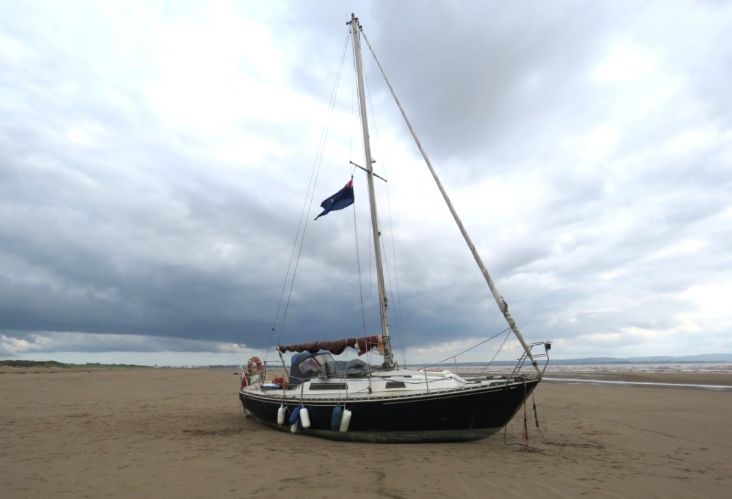 Beached yacht Egoist. Photo burnham-on-sea.com.