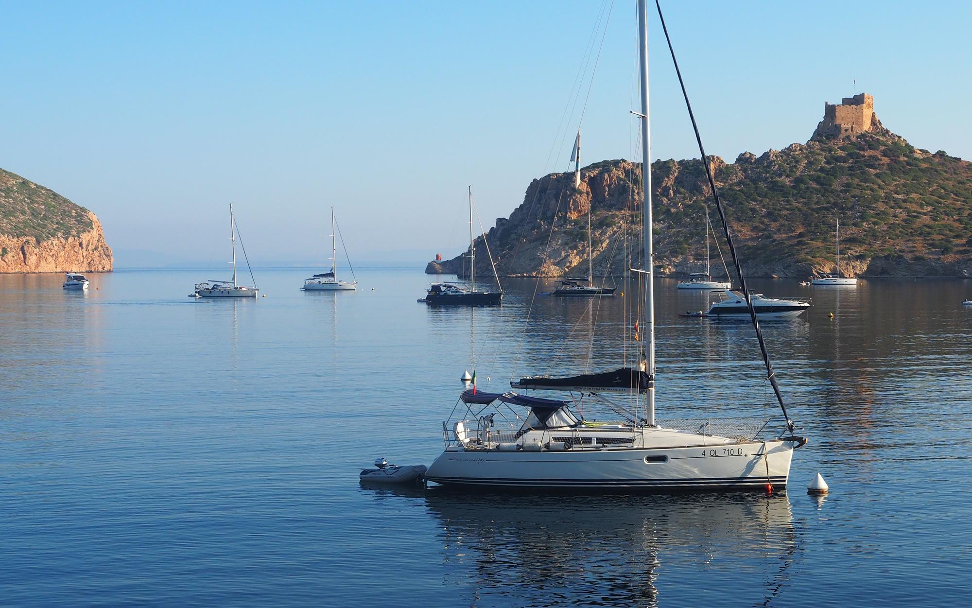 Mariner Boating Holidays - tying to a buoy.