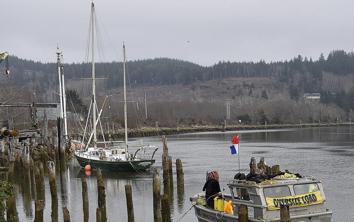 Crews-attempt-to-raise-the-sunken-Lady-Grace-from-the-Hoquiam-River---Dan-Hammock/Grays-Harbour-news-pic.