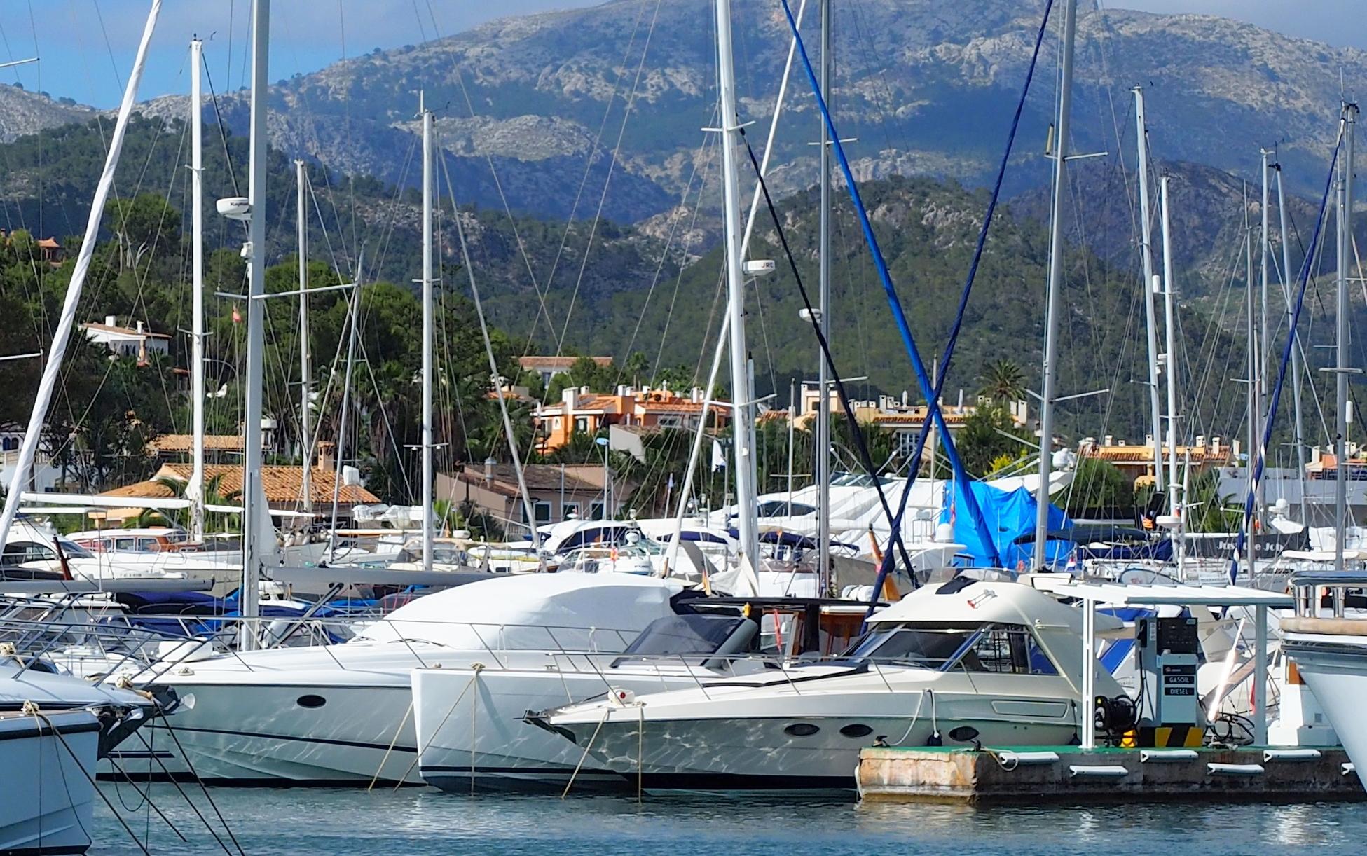 Mariner Boating Holidays - squeezing into the marina.