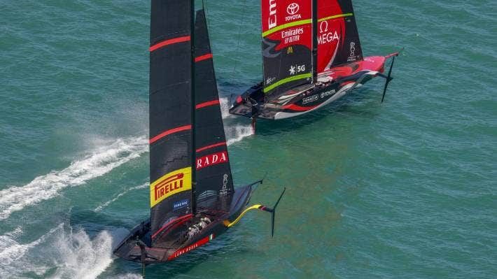 Team New Zealand streaks away from Luna Rossa. COR 36 ; STUDIO BORLENGHI.