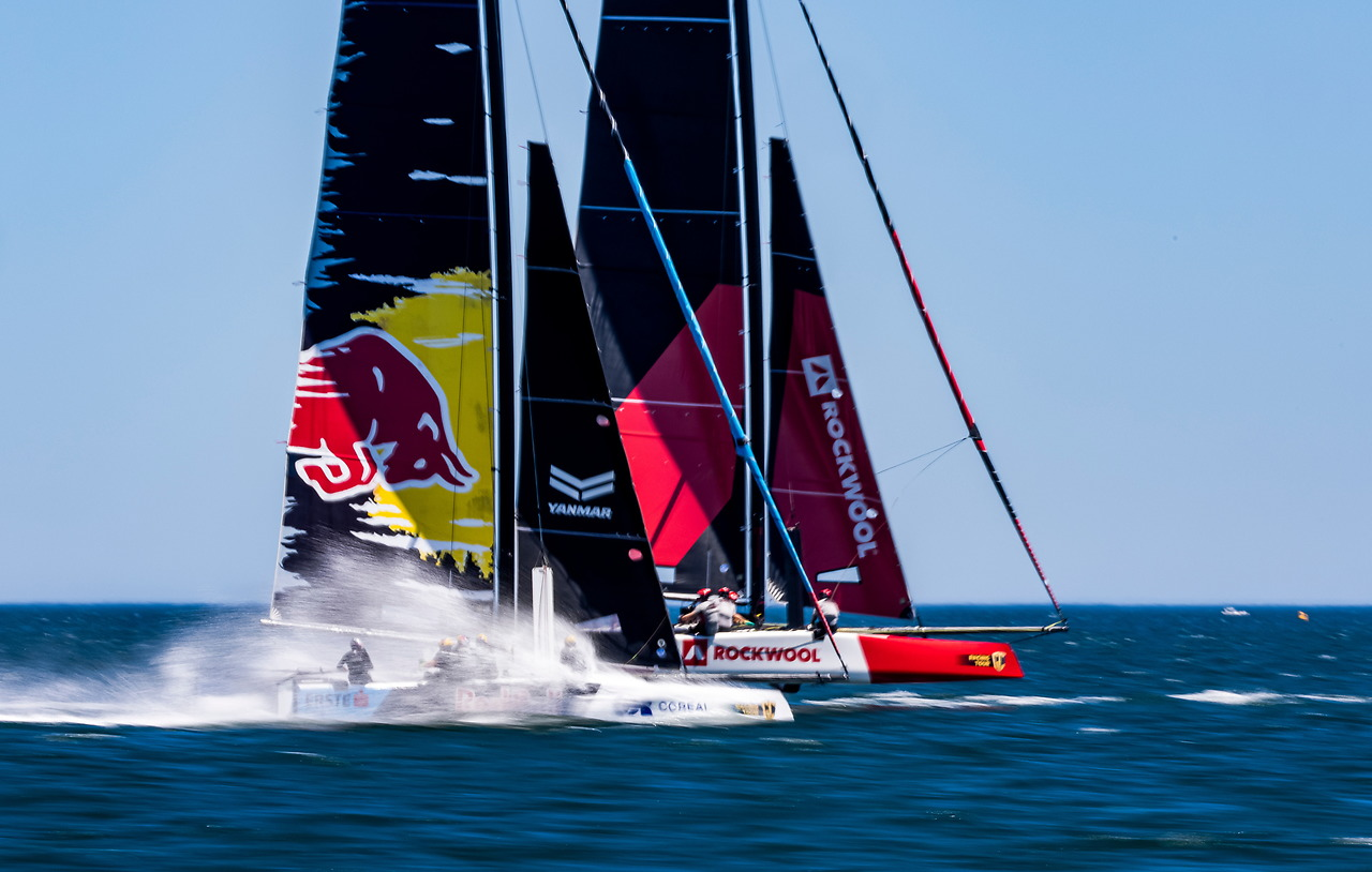 2 boats head to head while upwind