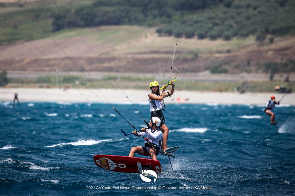 2 kitefoilers crossing each other