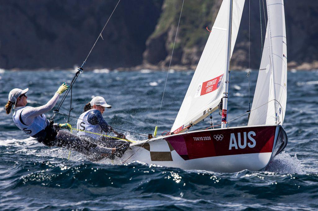 Nia Jerwood and Monique de Vries sailing the 470 upwind.