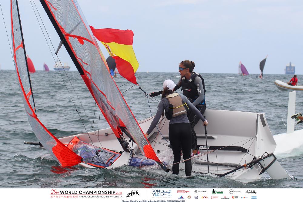 Los regatistas españoles celebran su victoria en un barco con bandera española.
