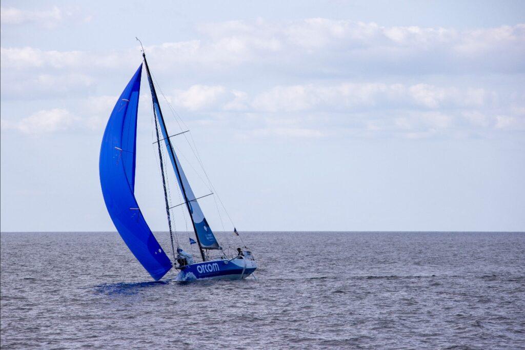 Jules Delpech on a spinnaker reach (blue kite).