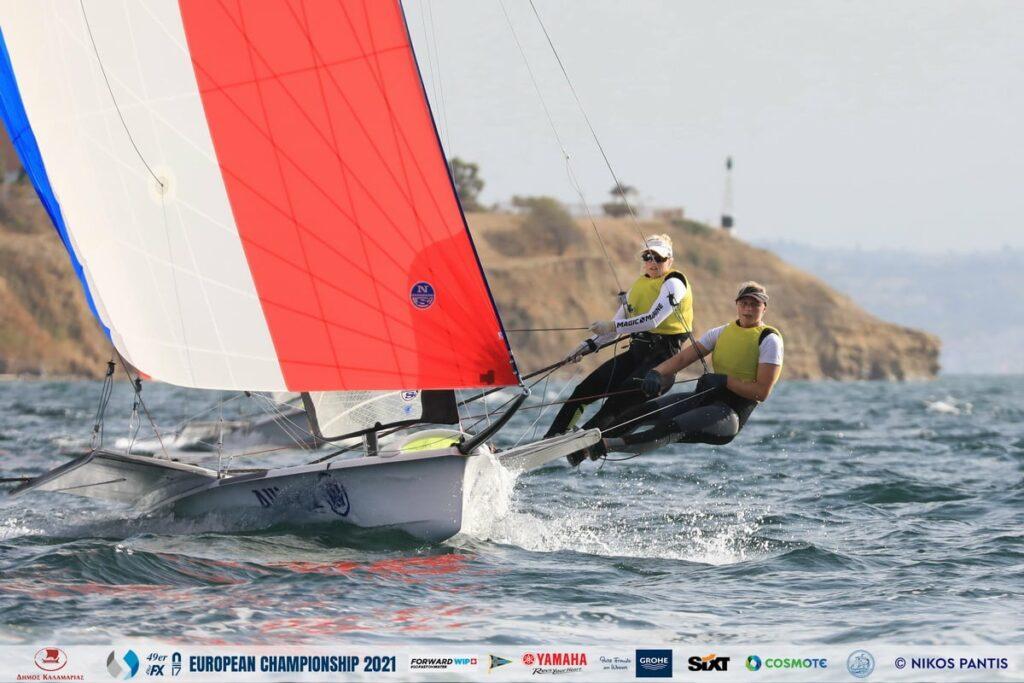 Odile van Aanholt and Elise de Ruyter sailing downwind in the 49erFX.