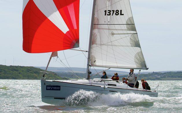 Beneteau First 25.7 on a spinnaker reach (red kite).