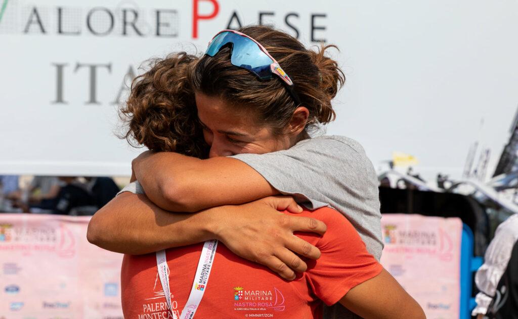 Claudia Rossi abbraccia qualcuno.